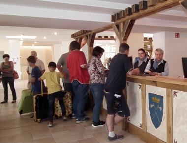Begrüßung der ersten Gäste im Hasseröder Burghotel am 1. Juli 2016 © Wolfgang Grothe