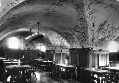 Vom Kunstmaler Bert Heller wird die Decke des Ratskellers mit Bildern Harzer Sagengestalten geschmückt. - Dieter Oemler