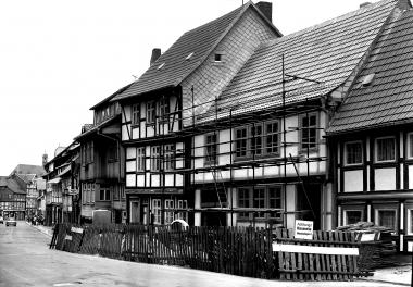 In der oberen Marktstraße werden die Fachwerhäuser der gesamten Häuserzeile saniert. - Dieter Oemler