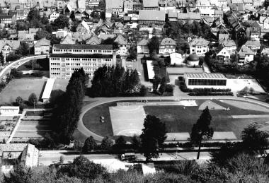 Der erste moderne Schulneubau, einschließlich Sportplatz und Turnhalle, nach dem Weltkrieg entsteht in der Walther-Rathenau-Straße. - Dieter Oemler