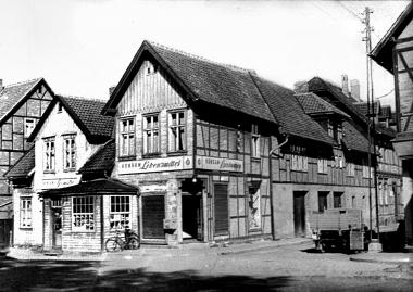 """Vor dem Bau der Kaufhallen existieren noch viele kleine """"Tante-Emma-Läden"""", wie hier in der Ilsenburger Straße. - Dieter Oemler"""