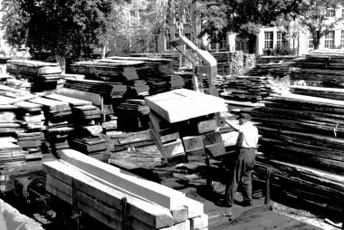 Schnittholzstapel im Sägewerk auf dem Ochsenteichgelände - Dieter Oemler