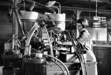 Arbeit an einem Füllautomaten für Tintenpatronen im Heiko Wernigerode - Dieter Oemler