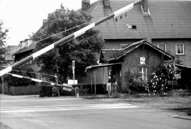 Das Schrankenwärterhäuschen, welches seit 1894 besetzt war, wird überflüssig. - Dieter Oemler