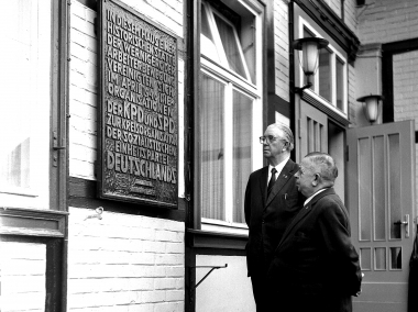 Gedenktafel zurVereinigung von KPD und SPD zur SED - Dieter Oemler
