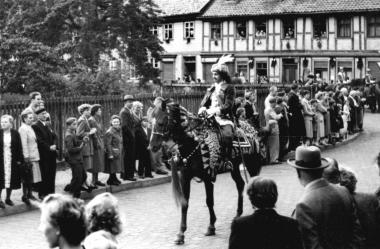 Der Reiter im Festumzug stellt den schwedischen Oberst Derfinger dar, der im 30-jährigen Krieg mit seinen Truppen die Stadt besetzthielt. - Dieter Oemler