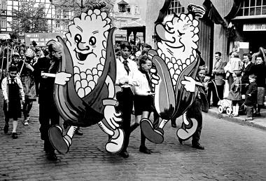 Junge Pioniere aus Wernigerodeunterstützen die Propagierung des Maisanbaus durch den sowjetischen StaatschefNikita Chrustschow. - Dieter Oemler