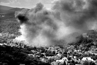 Durch den schwersten Brand der Papierfabrik am 14. Juli wird ganz Hasserode von Rauchschwaden eingehüllt - Dieter Oemler