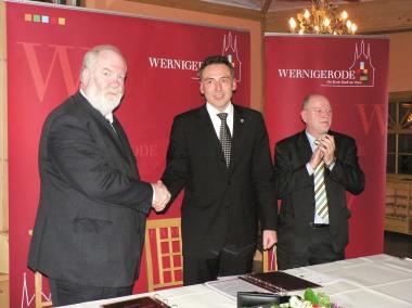 Historischer Handschlag zwischen dem Wernigeröder Oberbürgermeister Peter Gaffert und dem Schierker Bürgermeister Jochen Ermisch. - Stadtverwaltung Wernigerode