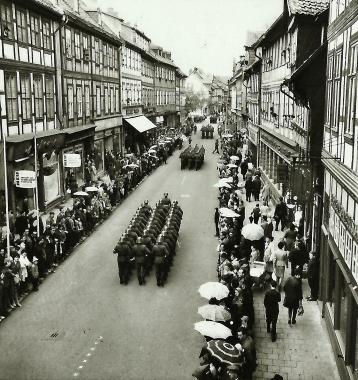 Einheit der Grenztruppen auf dem Weg zur Vereidigung - Stadtarchiv Wernigerode  (Archiv Dieter Möbius)