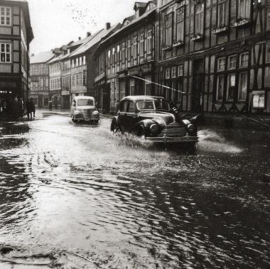 Kurzzeitige Überschwemmung der Westernstraße nach extremem Starkregen - Stadtarchiv Wernigerode (Archiv Dieter Möbius)