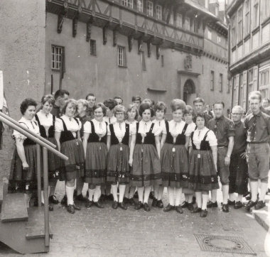 Volkskunstgruppe bei einem Auftritt - Stadtarchiv Wernigerode (Archiv Dieter Möbius)