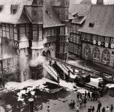 Reinigung der Rathaus-Fassade  - Stadtarchiv Wernigerode (Archiv Dieter Möbius)