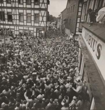 Wahlveranstaltung der CDU mit dem Vorsitzenden, Bundeskanzler Helmut Kohl, auf dem Marktplatz. - Stadtarchiv Wernigerode (Archiv Dieter Möbius)
