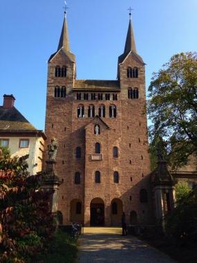 Karolingisches Westwerk des KlostersCorvey an der Weser (UNESCO-Welterbe). Erbaut von 873 bis 885. Das 815 gegründete Kloster war das erste Kloster im Land der Sachsen. Vermutlich waren auch Mönche von Corvey in unserer Region missionierend unterwegs und nahmen Einfluss auf die Gründung von Rodungssiedlungen. © Wolfgang Grothe