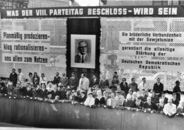 """""""Was der VIII. Parteitag beschloss, wird sein."""" - Mahn-und Gedenkstätte Archiv"""