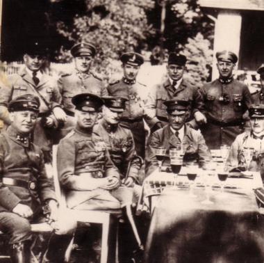 """Stahlhelm-Treffen in der """"Storchmühle"""" 1925 (2. v. l. vorn Christian Ernst II. Fürst zu Stolberg-Wernigerode). Der Stahlhelm ist der bewaffnete Arm (Saalschutz) der demokratiefeindlichen DNVP (Deutschnationale Volkspartei). - Mahn-und Gedenkstätte Archiv"""