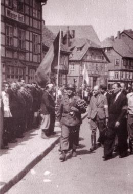 Zwangsarbeiter empfangen amerikanische Soldaten - Mahn-und Gedenkstätte Archiv