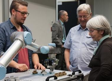 Demonstration eines Industrieroboters der Hochschule Harz im Rahmen der Vorlesung der Generationen-Hochschule - Hochschule Harz