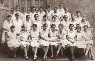 """Eine Mädchenklasse der """"Landwirtschaftsschule Wernigerode"""" vor dem Eingang der heutigen """"Thomas-Müntzer-Schule"""" - Archiv Manfred Fuhlroth"""