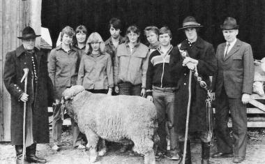 Zukünftige Agraringenieure bei der praxisnahen Ausbildung im Schafstall - Archiv Manfred Fuhlroth
