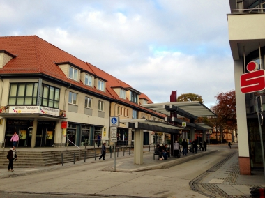 "Zentrale Bushaltestelle ""Rendezvous"" im Zentrum der Stadt   © Wolfgang Grothe"