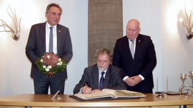 """Am 10.11.2016 trägt sich Siegfried Siegel in das """"Goldene Buch"""" der Stadt ein. © Wolfgang Grothe"""