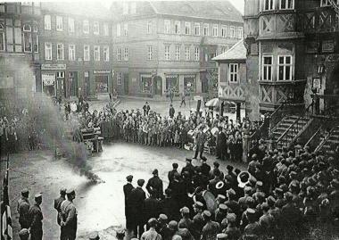 Naziaufmarsch 1933 auf dem Marktplatz - Bücherverbrennung? - Fotothek Harzbücherei Wernigerode