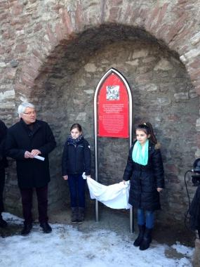 Enthüllung der Gedenktafel für die Opfer der Hexenverfolgung durch Schülerinnen der Landesschule Grovesmühle © Wolfgang Grothe