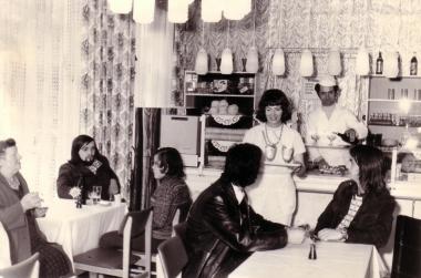 Eiskaffee Busche: auch schon 1975 beliebter Treffpunkt der Jugend - Mahn-und Gedenkstätte Archiv