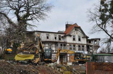 """Das Hotel """"Lindenberg"""", auch bekannt als """"Roter Stern"""", wird abgerissen. - Uta Müller"""