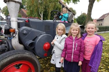"""Alica, Hannelie, Kimi und Stella bestaunen beim Erntedankfest in Silstedt einen """"Lanz Bulldog"""" aus nächster Nähe - Julia Bruns"""