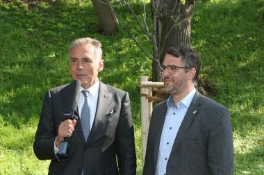 Oberbürgermeister der Stadt Neustadt an der Weinstraße, Marc Weigel und Oberbürgermeister Peter Gaffert bei der Baumpflanzung im Kastanienwäldchen. - Matthias Bein