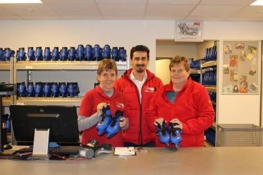Andreas Meling, Leiter der Schierker Feuerstein Arena (Bildmitte) freut sich gemeinsam mit seinem Team (Gutrun Müller (links) und Christine Below) auf den Saisonstart - Petra Bothe
