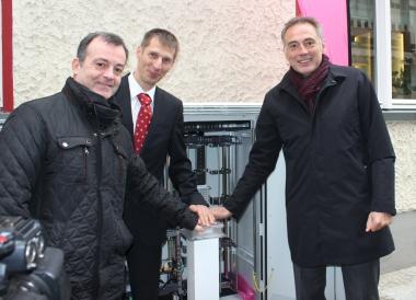 Oberbürgermeister Peter Gaffert schaltet mit Roland Voigt von der Telekom und Wirtschaftsförderer Ralf Quednau symbolisch das Internet frei (von rechts) - Petra Bothe