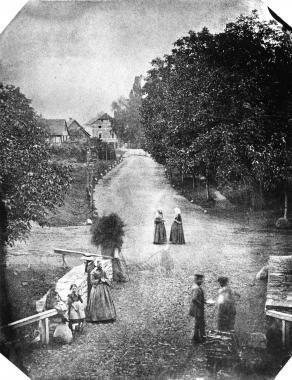 Das bisher älteste Bild von Wernigerode zeigt den Blick vom Westerntor in Richtung Friedrichstraße, die mit Kirschbäumengesäumt ist. Im Vordergrund die steinerne Brücke über den Zillierbach. - Dieter Oemler