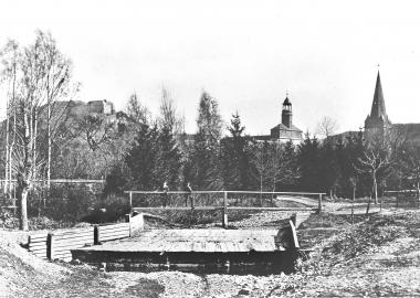 Zu denältesten Aufnahmen von Wernigerode gehört das Foto vom Wehr und dem Fußgängersteg in der IlsenburgerStraße. Das barocke Schloss und der alte Turm der Sylvestrikirche verweisen das Bild in die 1860erJahre. - Dieter Oemler