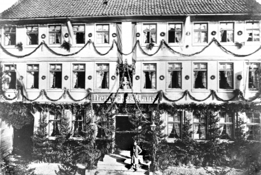 """Das festlich geschmückte Hotel """"Deutsches Haus""""aus Anlass des Besuchs Kaiser Wilhelm I. im Oktober zur Jagd bei Otto Graf zu Stolberg-Wernigerode. - Dieter Oemler"""