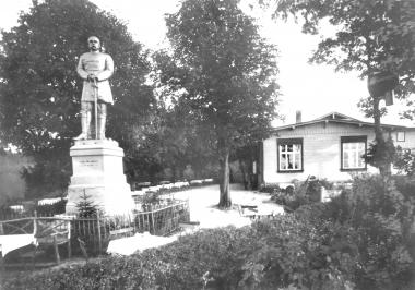 """Bismarck-Denkmal vor der """"Harburg"""". - Dieter Oemler"""
