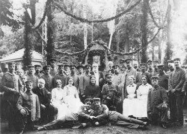 Verwundete und medizinisches Personal des Lazarettes Brockenweg vor dem Denkmal für Generalfeldmarschall Paul von Hindenburg - Dieter Oemler