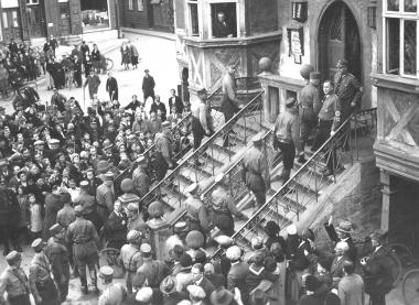 Die NSDAP zieht nach den Wahlen zum Stadtparlament trotz geltender Uniformverbote provokant in das Rathaus ein. - Dieter Oemler