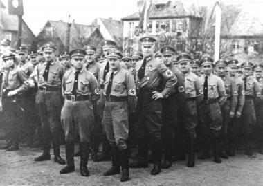 Auf dem Anger demonstrieren 1940 die Mitglieder der NSDAP Macht und Siegeszuversicht - Dieter Oemler