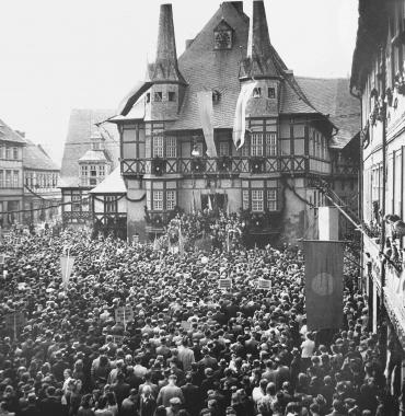 Maidemonstration 1946 auf dem Marktplatz - Dieter Oemler