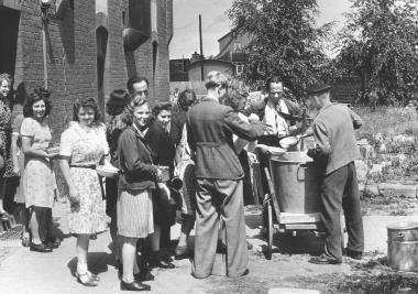 Ausgabe von Betriebsessen im Fotopapierwerk 1947 - Dieter Oemler
