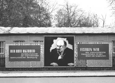 Sichtpropaganda vor einer Baracke des Rates des Kreises in der Rudolf-Breitscheid-Straße - Dieter Oemler