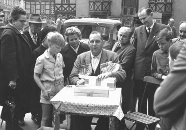 Losverkäufer auf dem Markt - Dieter Oemler