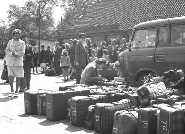 Anreisetag der FDGB-Urlauber am Bahnhofsvorplatz in Wernigerode - Dieter Oemler