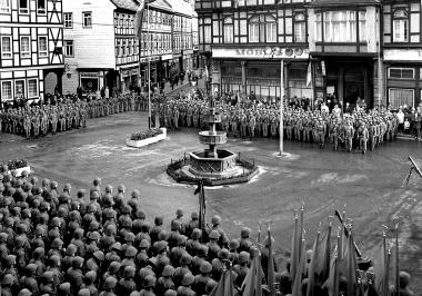 Vereidigung von Kampfgruppen und Grenzeinheiten auf dem Marktplatz - Archiv Dieter Möbius
