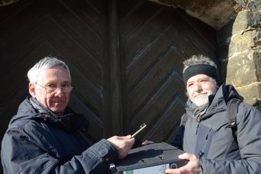 Siegfried Siegel übergibt den Schlüssel der Liebfrauenkirche an Rainer Schulze (rechts) - Holger Manigk