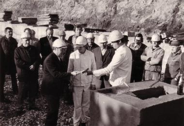 """Grundsteinlegung """"Megu"""" 31.01.1975 - Mahn-und Gedenkstätte Archiv"""